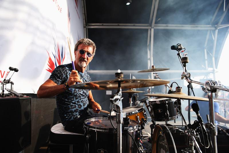 Эдди Джордан на ударной установке на Гран-при Великобритании 2013 в Сильверстоуне