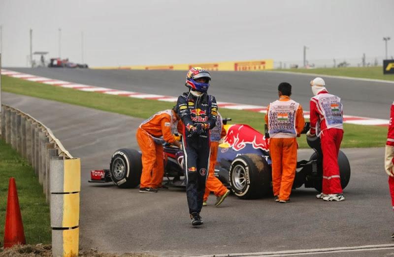 Марк Уэббер сходит с дистанции из-за механических проблем на своем Red Bull на Гран-при Индии 2013