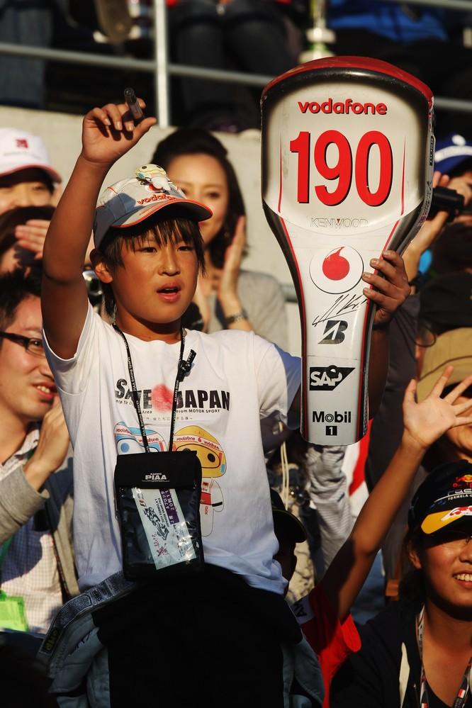 болельщик McLaren в амуниции любимой команды на Гран-при Японии 2011