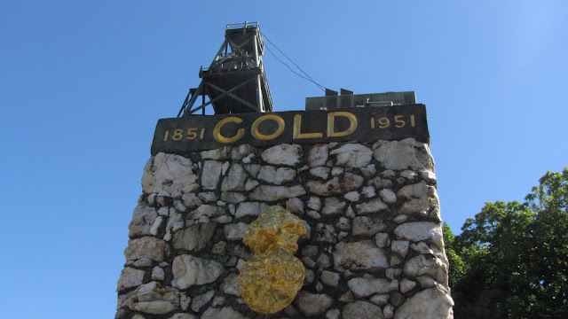 "The Gold Monument, commemorating the discovery of gold in Ballarat. At bottom is a replica of the 2,217 oz ""Welcome Nugget"" discovered in 1858."
