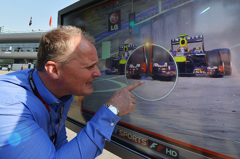 Джонни Херберт разглядывает повтор борьбы Себастьяна Феттеля и Марка Уэббера в Куала-Лумпуре для Sky на Гран-при Китая 2013