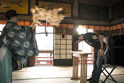 Даниэль Риккардо проводит обряд в храме Токио перед Гран-при Японии 2014
