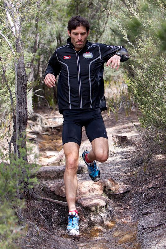 Марк Уэббер бегает по камням в национальном парке Freycinet в Тасмании 6 декабря 2011