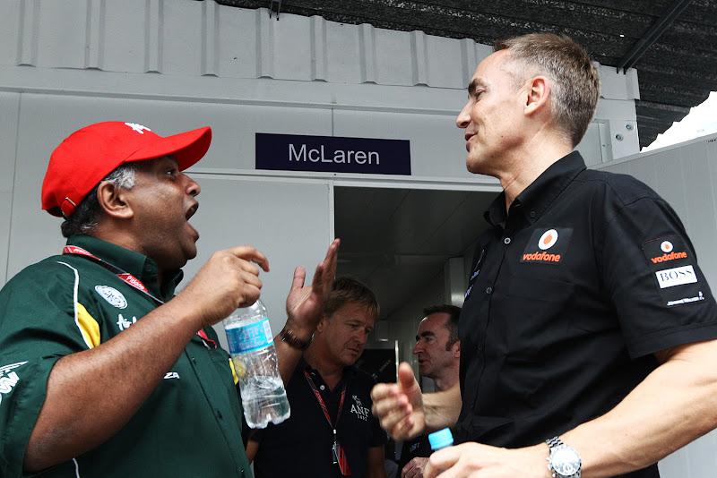 Тони Фернандес и Мартин Уитмарш дурачатся на Гран-при Бразилии 2011