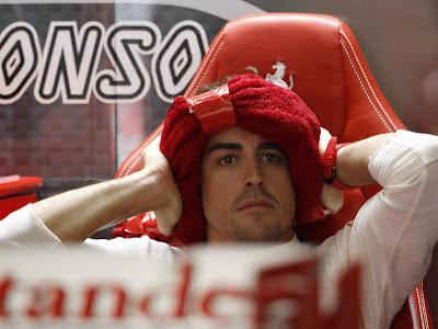 Фернандо Алонсо с полотенцем на голове на Гран-при Малайзии 2013
