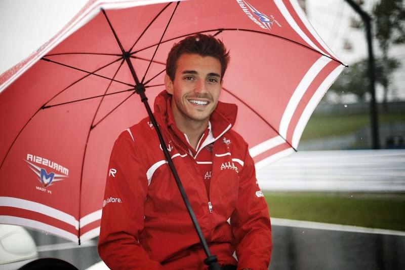 Жюль Бьянки под зонтиком на параде пилотов Гран-при Японии 2014
