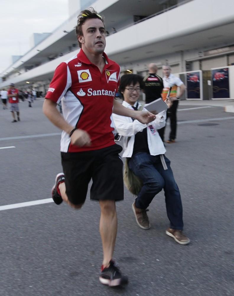 бегущий Фернандо Алонсо и болельщик на Гран-при Японии 2012