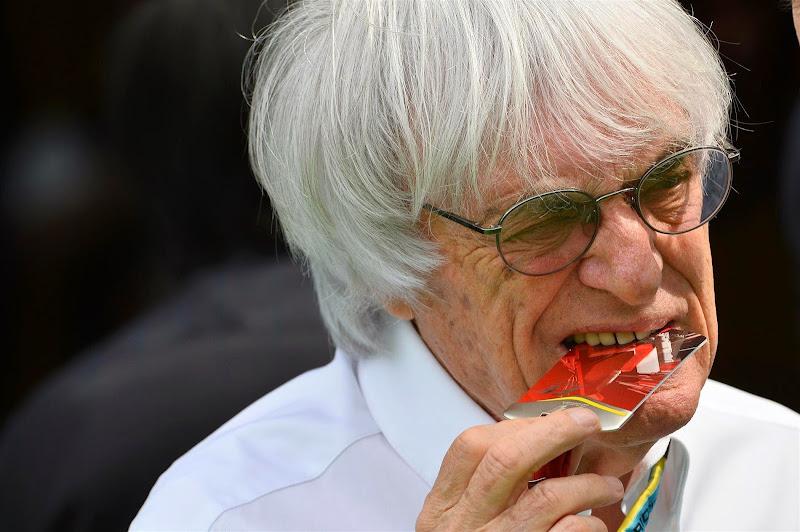 Берни Экклстоун грызет пластиковую карточку на Гран-при Испании 2014