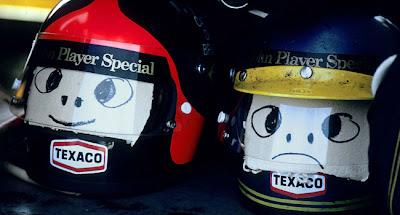 шлема Эмерсона Фиттипальди и Ронни Петерсона со смайликами
