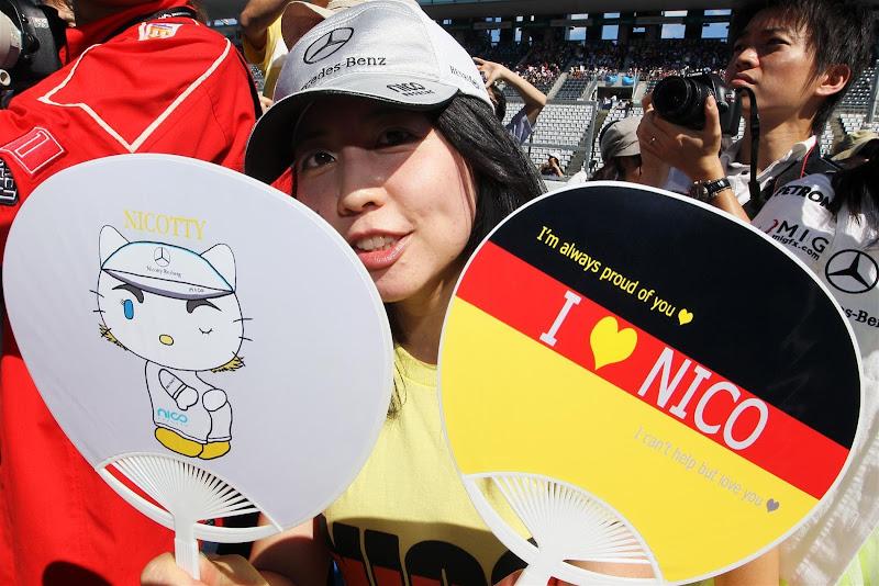 Nicotty @wisteriawave - болельщица Нико Росберга с веерами на Гран-при Японии 2012
