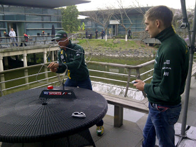 Хейкки Ковалайнен и Виталий Петров на соревновании Buzz Challenge от Sky на Гран-при Китая 2012