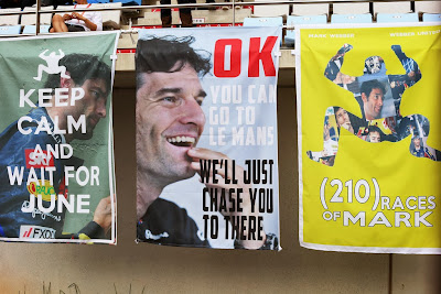 баннеры болельщиков в поддержку Марка Уэббера на трибунах Гран-при Кореи 2013