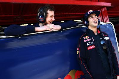 улыбающиеся Даниэль Риккардо и Джо Инглес на предсезонных тестах 2012 в Барселоне 24 февраля 2012