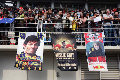 болельщики Red Bull на трибунах Йонама с плакатами в поддержу Марка Уэббера и его команды на Гран-при Кореи 2011