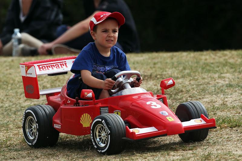 ребенок в игрушечном Ferrari на Гран-при Австралии 2013