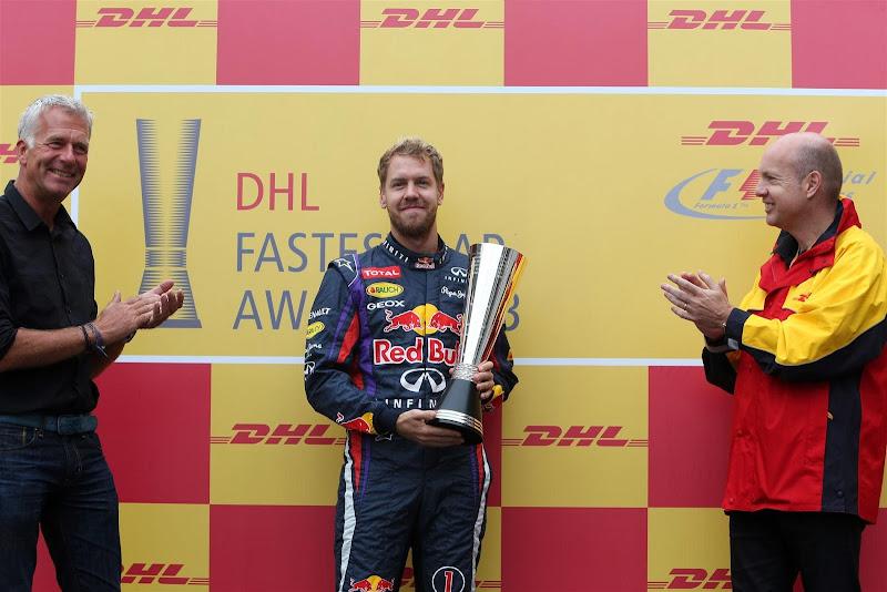 Себастьян Феттель получает кубок DHL за наибольшее количество быстрейших кругов в сезоне на Гран-при Бразилии 2013