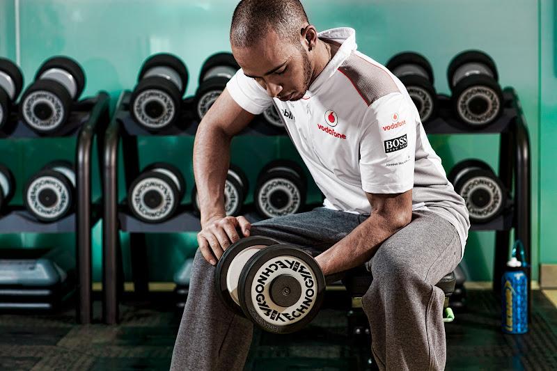 фотосессия Льюиса Хэмилтона в спортзале McLaren в межсезонье 2011-2012