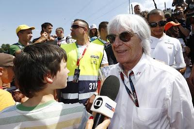 Берни Экклстоун и Льюис Хэмилтон на трибуне с болельщиками на Гран-при Венгрии 2013