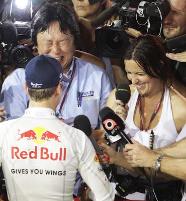 Себастьян Феттель дает интервью и смешит Ли Маккензи и других журналистов на Гран-при Сингапура 2011