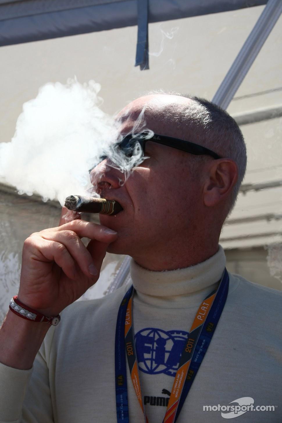 доктор Формулы-1 Гэри Хартстейн курит сигару на Гран-при Монако 2011