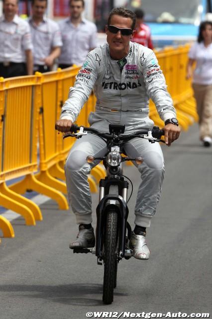 Михаэль Шумахер едет на мопеде на Гран-при Европы 2011 в Валенсии