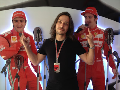 Алексей Попов на фоне фигур Фелипе Массы и Фернандо Алонсо на Гран-при Испании 2012