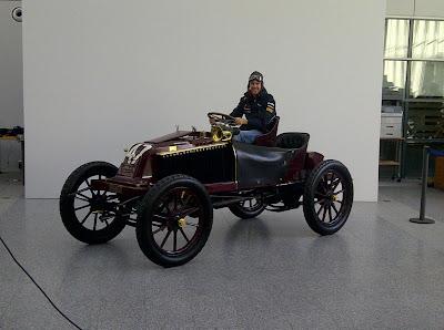 Себастьян Феттель на Renault Type K 1902 года в техническом центре Renault