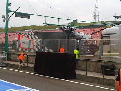 грузовик команды HRT сбил стартовые огни Хунгароринга на Гран-при Венгрии 2011