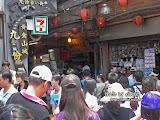 九份老街入口處,人頭湧湧。