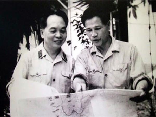 Đại tướng Võ Nguyên Giáp và Đại tướng Nguyễn Chí Thanh (phải) nghiên cứu bản đồ tác chiến -  Ảnh tư liệu