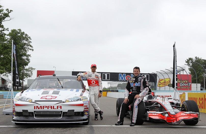 Льюис Хэмилтон и Тони Стюарт со своими гоночными болидами McLaren и NASCAR Mobil 1 в Уоткинс-Глене 2011