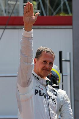 Михаэль Шумахер приветствует болельщиков после квалификации на Гран-при Монако 2012