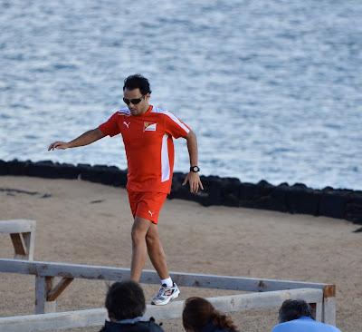 Фелипе Масса бежит по брусьям на тренировочной сессии Ferrari на испанском острове Лансароте 26 января 2012