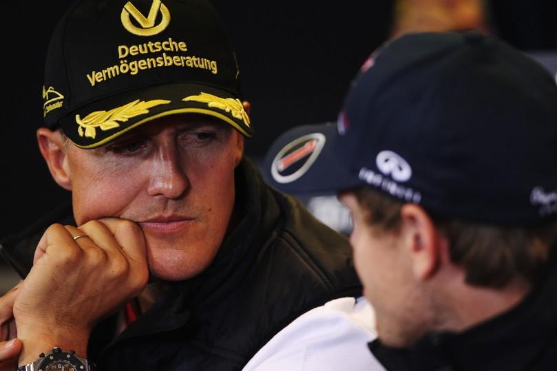 Михаэль Шумахер слушает Себастьяна Феттеля на пресс-конференция Гран-при Бельгии 2011 в четверг