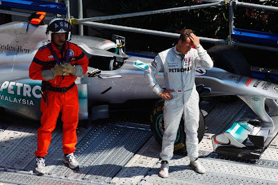 Михаэль Шумахер охраняет свой Mercedes GP после вылета с трассы во время первой сессии свободных заездов на Гран-при Монако 2011