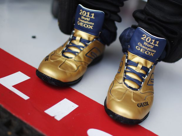 обувь Red Bull золотого цвета на Гран-при Бразилии 2011