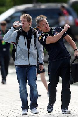 Себастьян Феттель идет с механиком и пьет воду на Гран-при Канады 2011