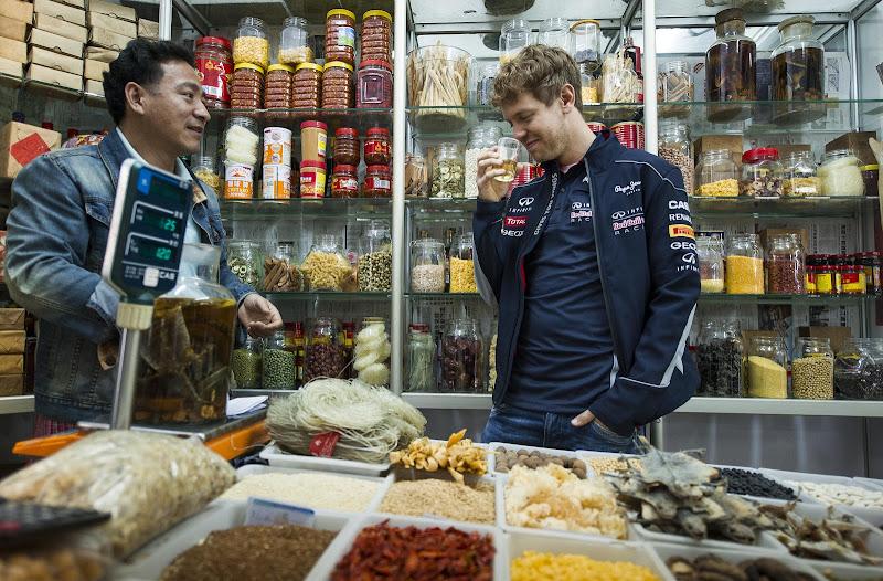 Себастьян Феттель пробует местный напиток перед Гран-при Китая 2013