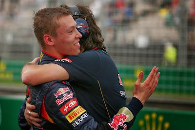 Даниил Квят обнимается с механиком Toro Rosso после квалификации на Гран-при Австралии 2014
