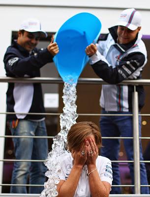 Фелипе Масса и Вальтери Боттас обливают Клэр Уильямс ледяной водой - ALS Ice Bucket Challenge на Гран-при Бельгии 2014