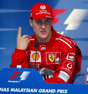 Михаэль Шумахер показывает палец на пресс-конференции Куала-Лумпура на Гран-при Малайзии 2002