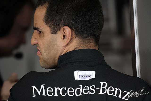 Хуан Пабло Монтойя со спины в комбинезоне Mercedes-Benz