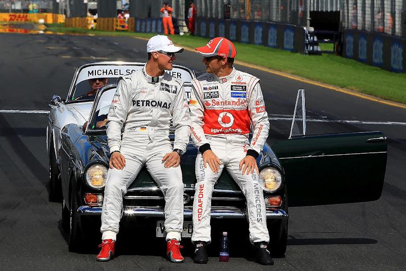 Михаэль Шумахер и Дженсон Баттон смотрят друг на друга на фотосессии чемпионов на Гран-при Австралии 2012