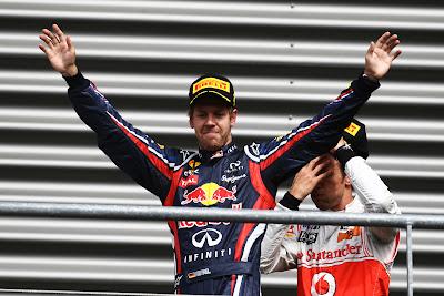 Дженсон Баттон фэйспалмит за спиной Себастьяна Феттеля на подиуме Гран-при Бельгии 2011