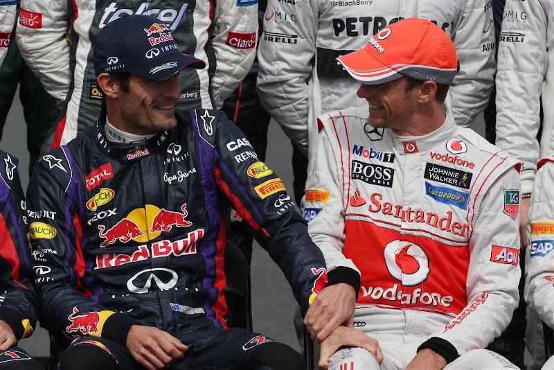 Марка Уэббер держит руку на колене Дженсона Баттона на фотосессии пилотов на Гран-при Австралии 2013
