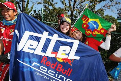 болельщики Феттеля и Массы с флагами на Гран-при Японии 2013