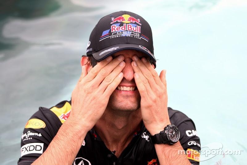 Марк Уэббер закрывает глаза руками в бассейне на Гран-при Монако 2011
