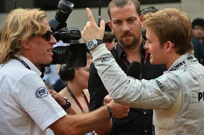 Нико Росберг дает интервью Fox Sports и показывает палец на Гран-при Индии 2013