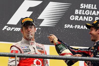 Себастьян Феттель брызгает шампанским в лицо Дженсону Баттону на подиуме Гран-при Бельгии 2011