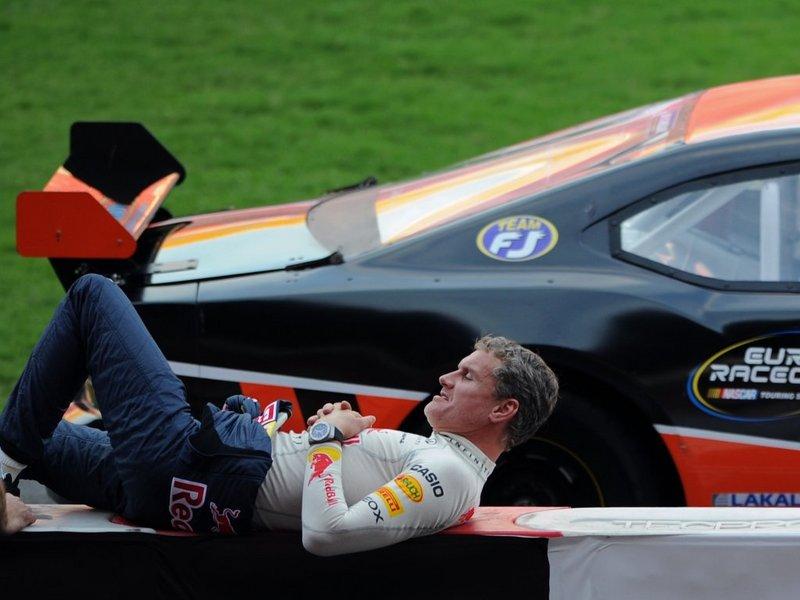 Дэвид Култхард спит на ограждении на Гонке чемпионов 2012